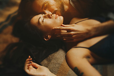 Caucasian man kissing woman on cheek - p555m1444260 by Sophie Filippova