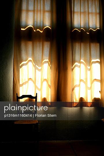 Fenster mit geschlossenem Vorhang und Stuhl im Musee d' Arletan, Arles, Frankreich, Europa - p1316m1160414 von Florian Stern
