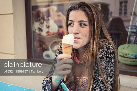 Junge Frau isst Eiscreme - p1332m1589157 von Tamboly
