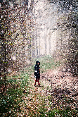Woman walking in snow flurry - p1168m1132629 by Thomas Günther