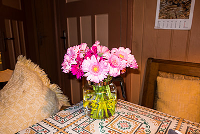 Bunch of flowers on table - p930m1491880 by Ignatio Bravo