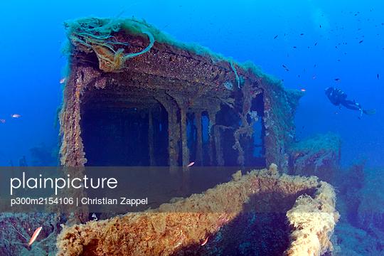 France, Corsica, Scuba diver exploring sunken shipwreck of Alcione C tanker - p300m2154106 by Christian Zappel