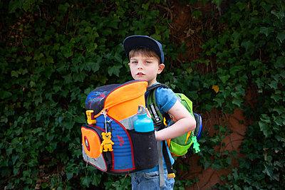 Junge mit Schulranzen und Rucksack - p1308m2247529 von felice douglas