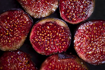 Sliced organic figs, close-up - p300m2143617 by Canan Czemmel