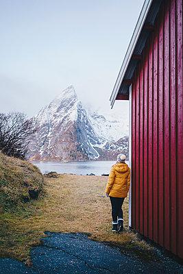Tourist enjoying the view at Hamnoy, Lofoten, Norway - p300m2166325 by Daniel González