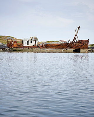 Ship wreck - p1124m933583 by Willing-Holtz