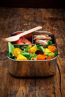 Close-up of healthy vegetarian food in lunch box on wooden table - p300m2144353 by Larissa Veronesi