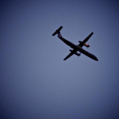 Flugzeug am Himmel - p5863421 von Kniel Synnatzschke