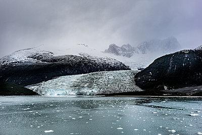 Fjord - p741m2065648 von Christof Mattes