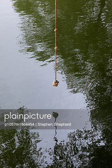 Seilschaukel hängt über einem Fluss - p1057m1564454 von Stephen Shepherd