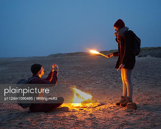 Lagerfeuer am Strand - p1124m1090485 von Willing-Holtz