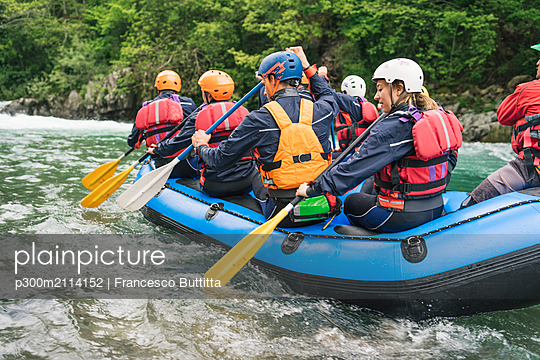 Group of people rafting in rubber dinghy on a river - p300m2114152 von Francesco Buttitta