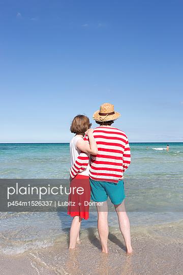 Couple holidays - p454m1526337 by Lubitz + Dorner