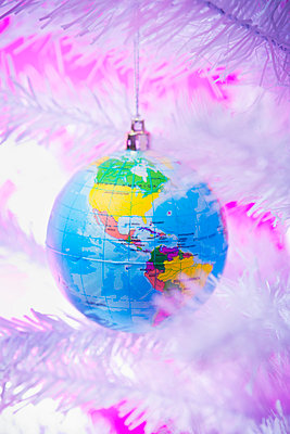 Christmas bauble in the shape of a globe - p1149m2038759 by Yvonne Röder