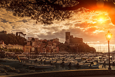 View of harbour yachts and castle at sunset, Lerici, Liguria, Italy - p429m1418134 by WALTER ZERLA