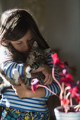 Girl holding kitten - p924m1480417 by Kinzie Riehm