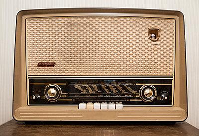 Altes Radio - p971m1006862 von Reilika Landen