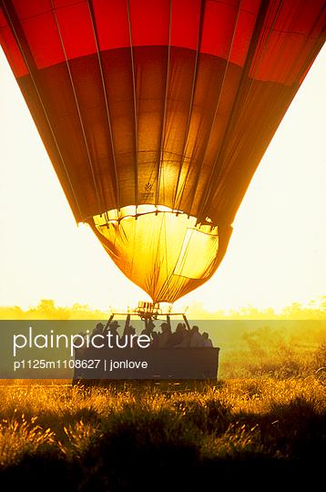 Hot Air balloon landing - p1125m1108627 by jonlove
