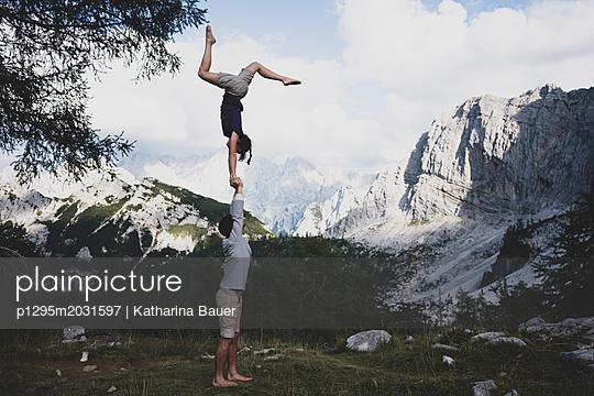 Akrobatik mit Aussicht, Acroyoga - p1295m2031597 von Katharina Bauer