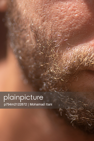 Close up of a man's beard - p794m2122872 by Mohamad Itani