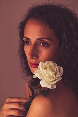 Frau mit Rose verträumt - p045m2209288 von Jasmin Sander