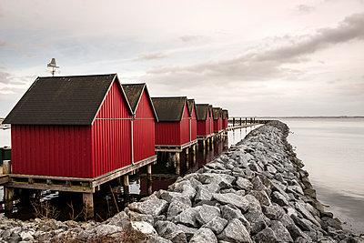Rote Fischerhütten im Boltenhagener Hafen im WInter - p1162m1510688 von Ralf Wilken