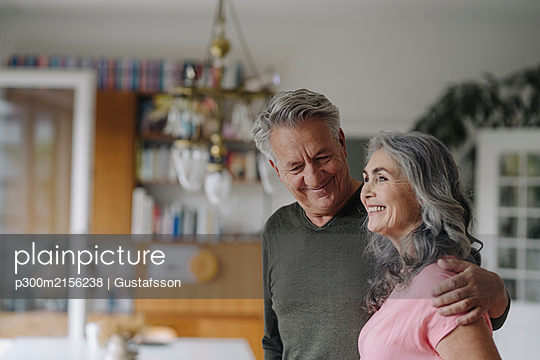 Portrait of a happy senior couple at home - p300m2156238 by Gustafsson