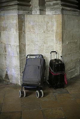 Koffer in der Kirche - p1028m889436 von Jean Marmeisse