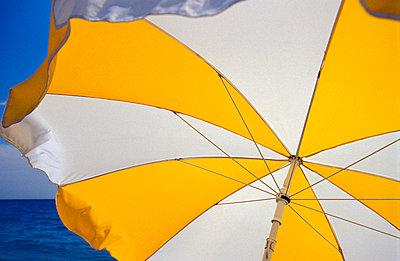 Gelb weißer Sonnenschirm - p2200136 von Kai Jabs