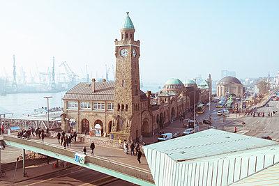 Hamburg Landungsbrücken - p432m1563458 von mia takahara