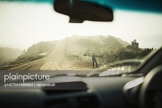 Autofahrt über eine Schotterpiste - p1477m1586664 von rainandsalt