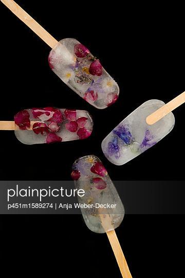 Blüten-Eis am Stiel - p451m1589274 von Anja Weber-Decker