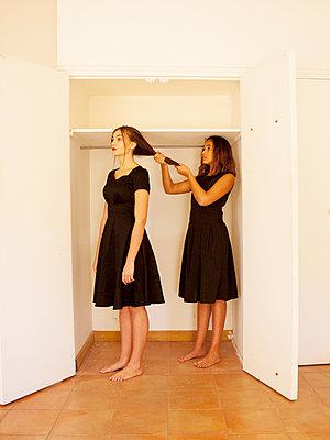 Zwei Frauen im Schrank - p1105m2133112 von Virginie Plauchut