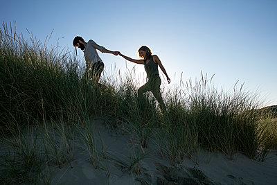Junges Paar den in Dünen - p1212m1168686 von harry + lidy