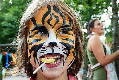 Little boy with tiger painting on his face - p1511m2223069 by artwall