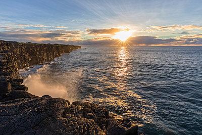 USA, Hawaii, Big Island, Volcanoes National Park, Pacific Ocean, lava coast at sunrise - p300m2103496 by Fotofeeling