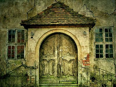 verfallener Eingang - p979m909762 von Matte photography