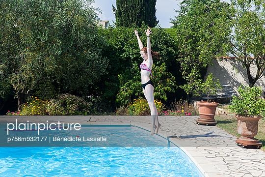 Jump into the pool - p756m932177 by Bénédicte Lassalle