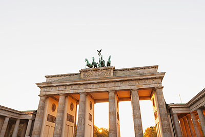 Germany, Berlin, Brandenburger Tor in autumn at sunset - p300m2080276 by Gaby Wojciech