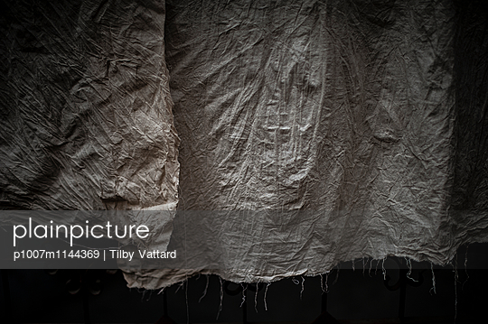Wrinkles on a fabric - p1007m1144369 by Tilby Vattard