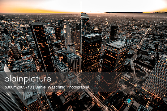 USA, California, Los Angeles, cityscape at twilight - p300m2069710 by Daniel Waschnig Photography