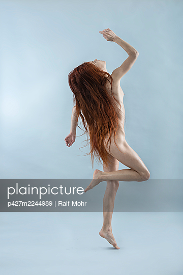 Naked woman with red hair makes dance steps - p427m2244989 by Ralf Mohr