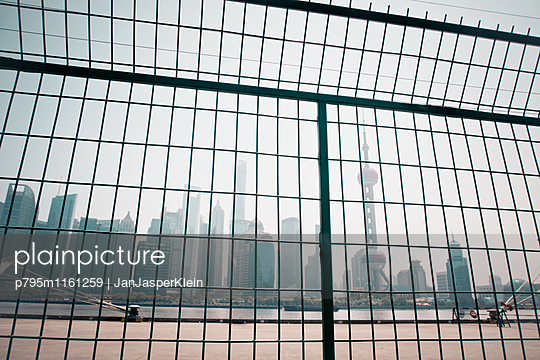 Shanghai hinter Gittern - p795m1161259 von Janklein
