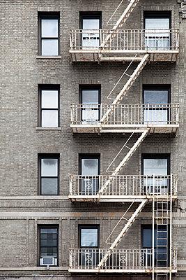Feuerleiter an einem Backsteinhaus in Greenwich Village - p1248m1462094 von miguel sobreira