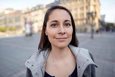 Portrait einer lächelnden Frau in der Stadt - p1359m1221725 von Great Images
