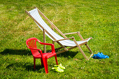 Crocs in front of chairs in garden - p1418m1571690 by Jan Håkan Dahlström