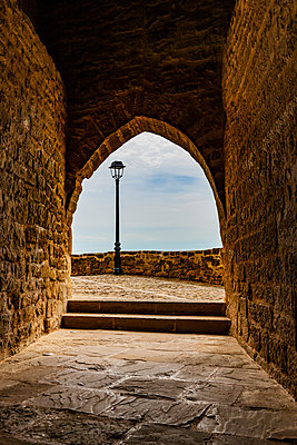 Torbogen in einer Burg in Spanien - p248m2107546 von BY
