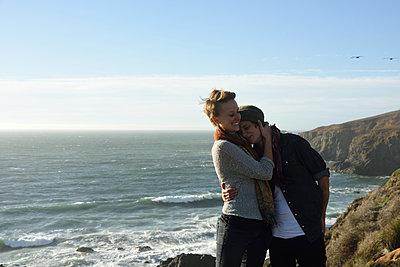 Glückliches Frauenpaar in Californien - p523m1220700 von Lisa Kimmell