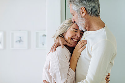 Affectionate mature couple hugging at home - p300m2160674 by Sofie Delauw