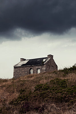 Abandoned house on Ouessant - p470m2053087 by Ingrid Michel